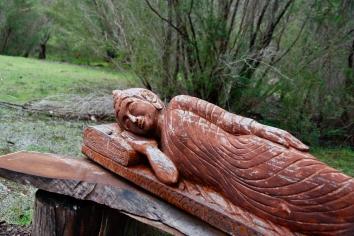 'sleeping buddha' dari kayu...